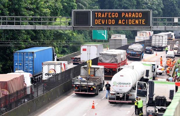 Tráfego de caminhões na via Anchieta (Denny Cesare - Folhapress)