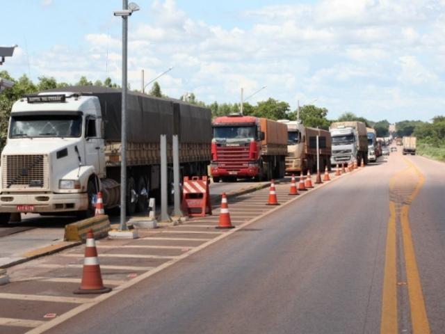 Caminhões na balança de Coxim. (Foto: PC de Souza)