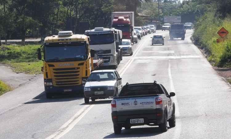 Policiais rodoviários apostam em maior valor de multa para inibir condutas perigosas nas estradas. Na foto, flagrante de ultrapassagem proibida na BR-381 (foto: Paulo Filgueiras/EM/D.A PRESS)