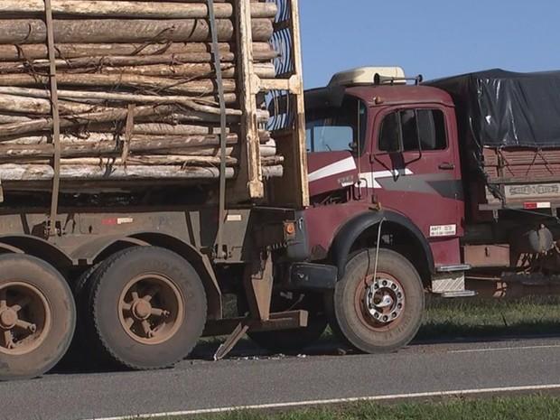 Caminhões engavetaram na SP-127 em Tatuí (Foto: Reprodução/TV TEM)