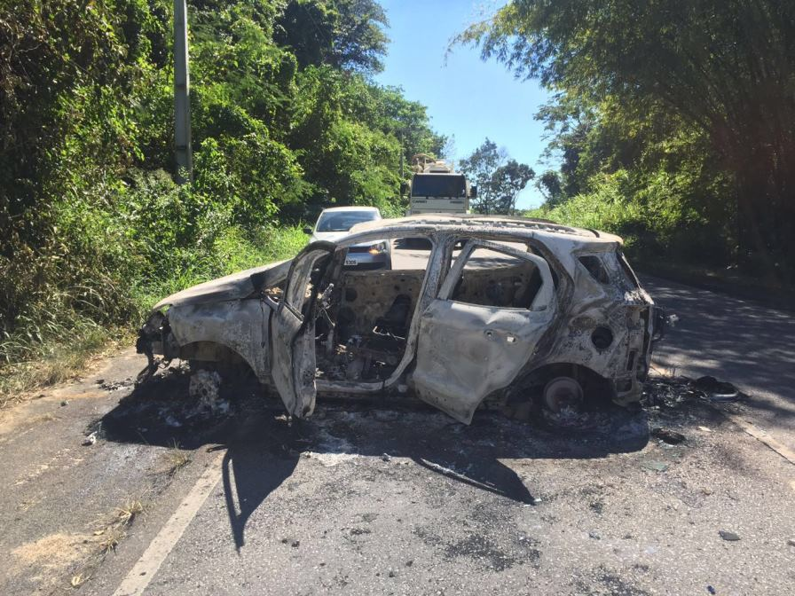 Carro incendiado por criminosos na PE 60