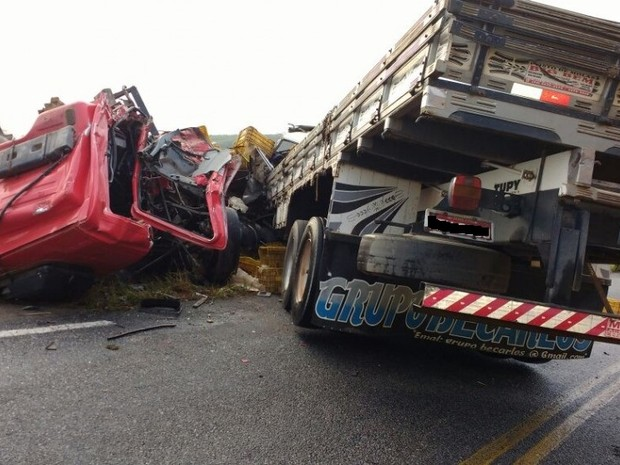 Batida entre caminhões deixa quatro feridos na ES-130 (Foto: Vc no ESTV)