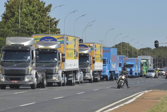 A frota de transporte rodoviário de cargas teve uma ociosidade de 38,7% no primeiro semestre deste ano - Arquivo/Antônio Cruz/ABr
