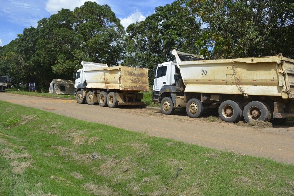 Caminhões caçambas foram encontrados no Km 563 e Km 577, da BR-364 (Foto: Jeferson Carlos/G1)