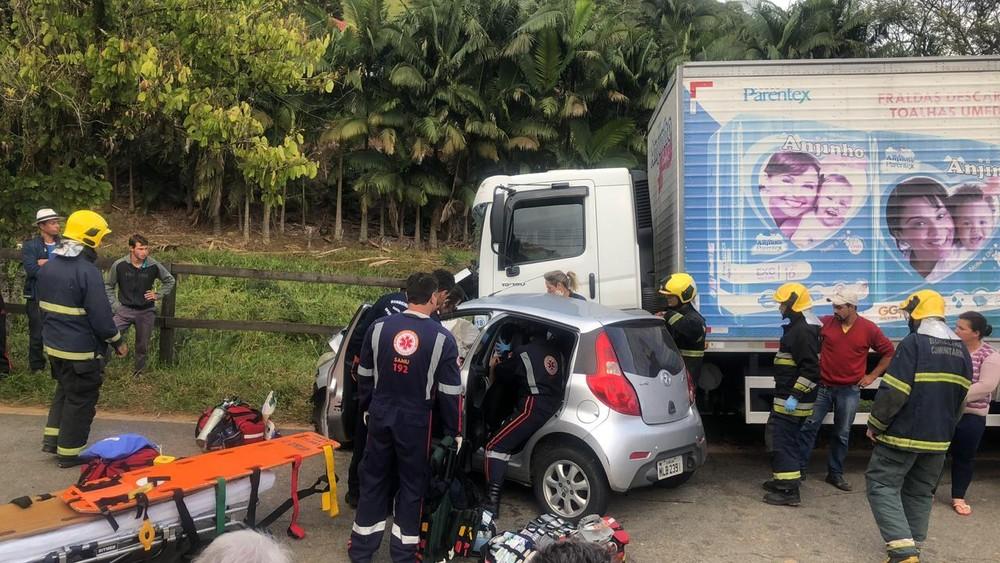 Acidente entre carro e caminhão em São Pedro de Alcântara (Foto: Arcanjo/Divulgação)