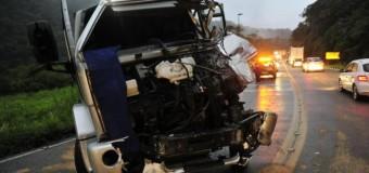 Motorista fica preso às ferragens em acidente entre dois caminhões na Serra Dona Francisca