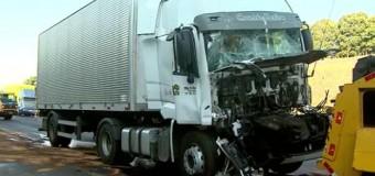 Colisão entre caminhões interdita parte da Anhanguera em Cravinhos