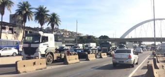 Caminhoneiros fazem protesto e motoristas enfrentam transtornos no trânsito da Avenida Brasil, no Rio