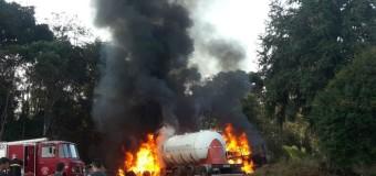 Caminhões batem de frente e pegam fogo na BR-476, na região sul do Paraná