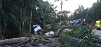 Motorista morre em acidente entre duas carretas e um caminhão em Rio Novo do Sul